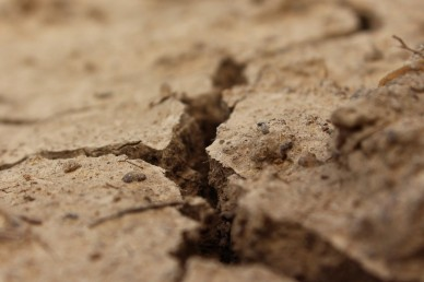 a-crack-in-the-ground-1630956-1279x853.jpg